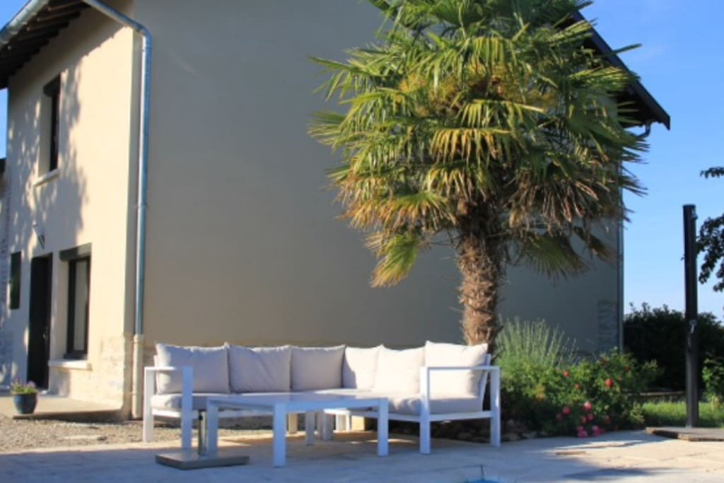 Notre salon de jardin à l'ombre du palmier est l'endroit idéal pour une pause à l'ombre entre deux plongées.