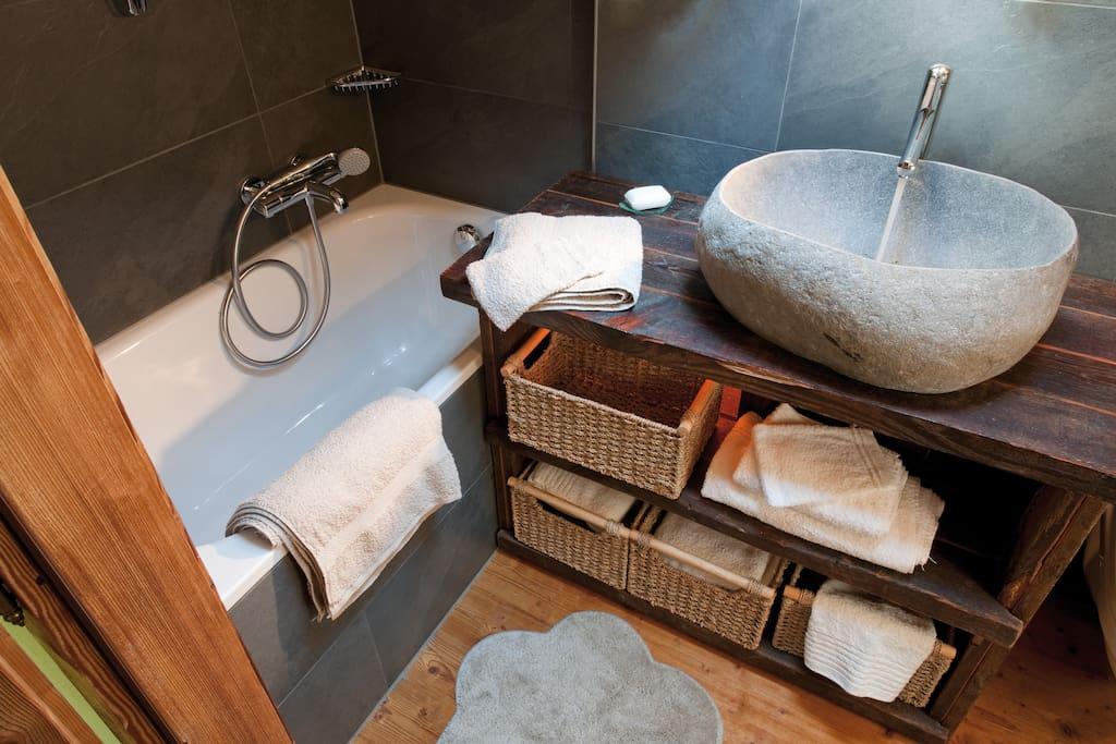 Salle de bain de l'étage, avec baignoire, lavabo et WC