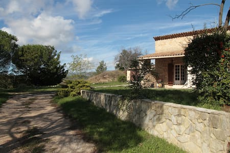 Villa avec jardin de 5000 m2 dans l - Grambois - วิลล่า