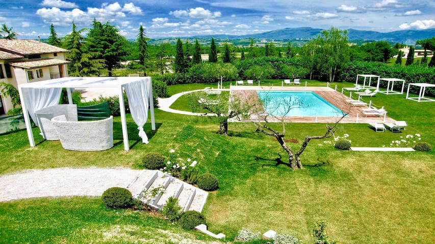 Baiano By The Pool WHOLE VILLA slps 26 Spoleto 9km