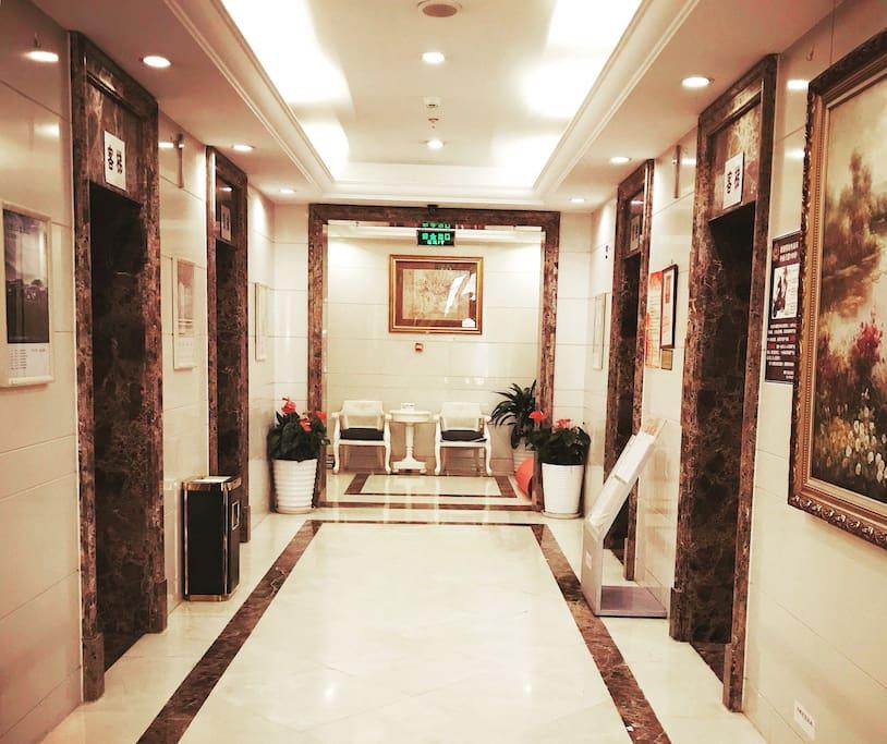 楼道有四部电梯方便上下,楼门是智能门禁系统,并有保安24小时负责值班。
