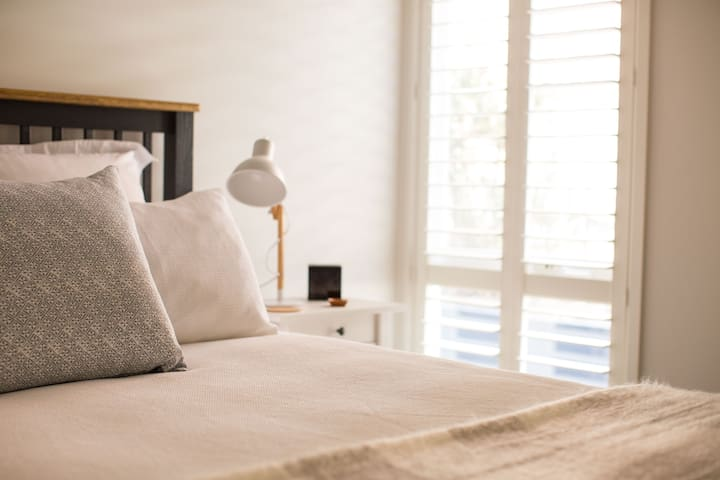 Queen size bed with crisp cotton sheets