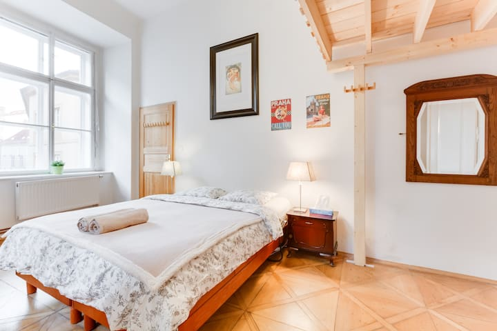 Spacious Charles Bridge Apt in the ❤ of Prague