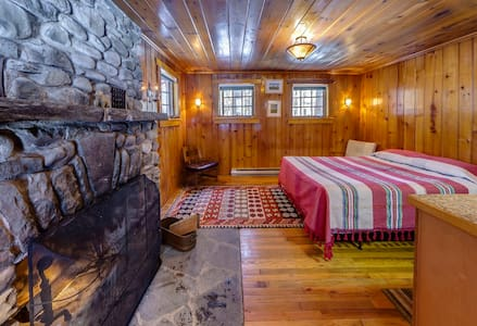 Knotty Pine Charming Cabin w/Stone  - Cabane