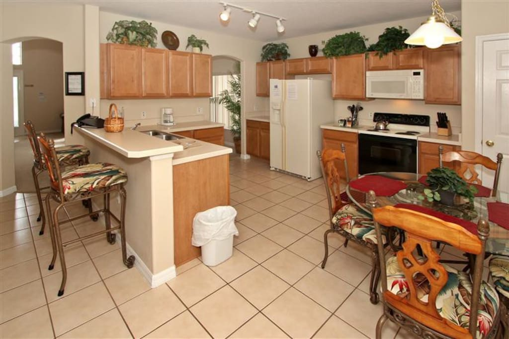 Large Kitchen area with Table for 4 People and Barstools