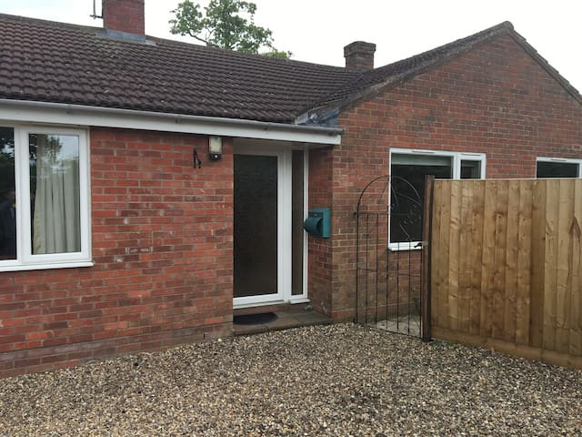 Large Bungalow, Countryside Views & Dog friendly