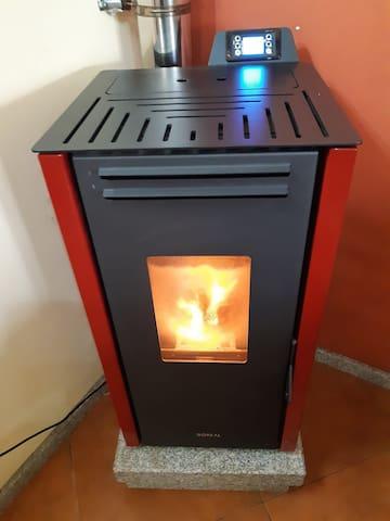 Uma lareira para um ambiente quente e harmonioso. A fireplace for a warm and harmonious environment.
