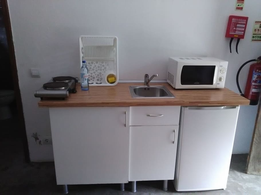 Small kitchen with hotplate, fridge and microwave (in twin bedroom)