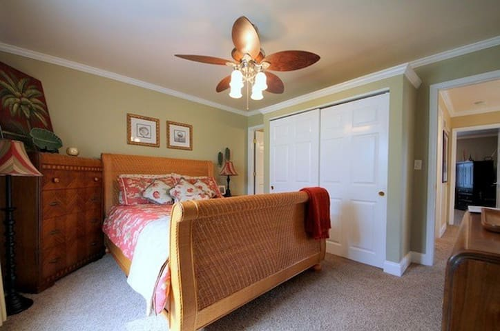 Spacious Room with Queen Bed and Attached Bathroom - Vernon Hills - Hus