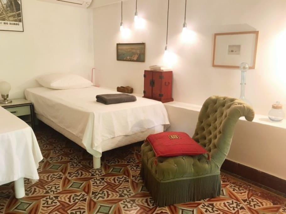 La chambre et ses deux lits avec climatisation.