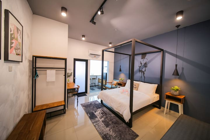 THE LOV PENANG: Naked Studio & Canopy Bed @Airport