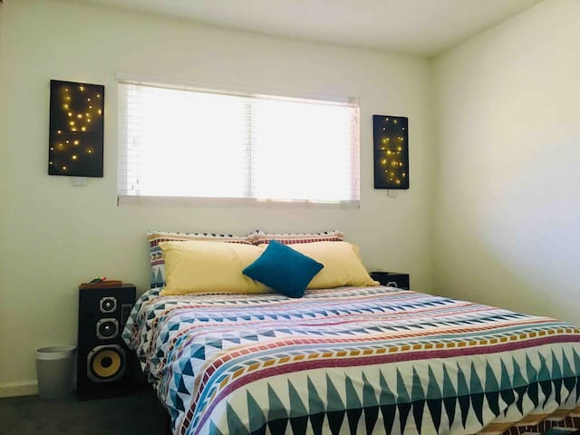 Private Room Close to Beach, Retro Row, & DTLB