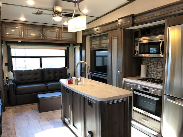 New Luxurious Fifth Wheel in Leitchfield