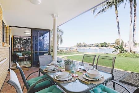 Gold Coast Waterfront - Runaway Bay 4 Bedrooms