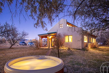 Private Oasis - Taos Home - Hot Tub- Special Rates