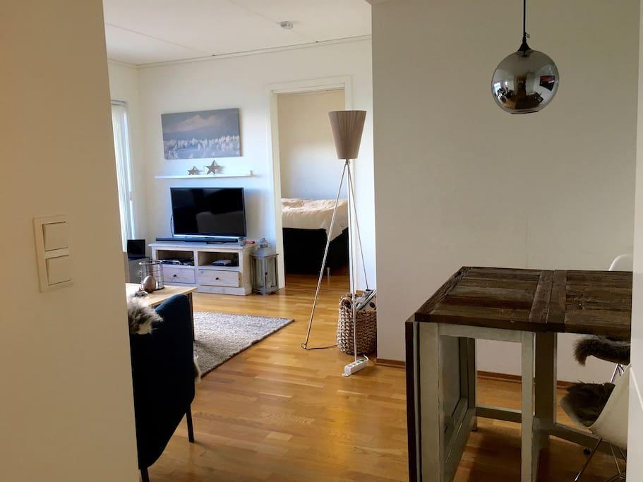 Leiligheten har en praktisk løsning. Bilde tatt fra kjøkken mot stuen og det største soverommet.