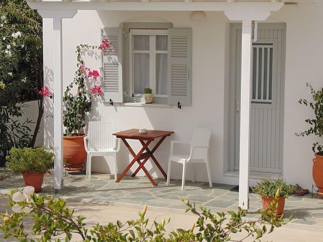 The veranda of the studio -La terrasse du studio