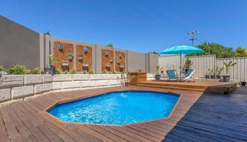 Spacious house with pool close to public transport - Duncraig