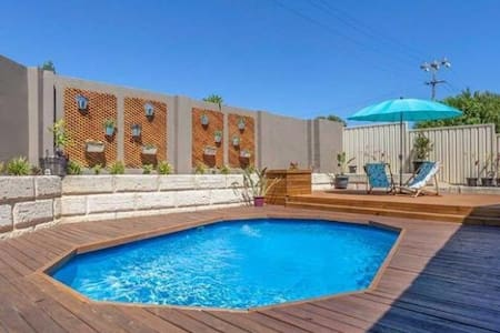 Spacious house with pool close to public transport - Duncraig - House