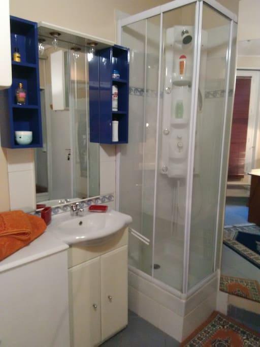 Cabine de douche et lavabo/Shower cabin and bathroom sink