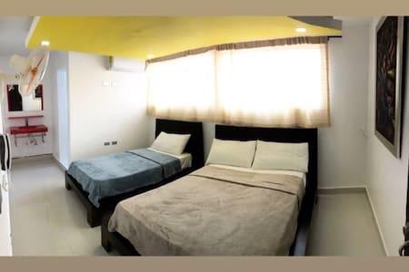 Habitación de cama matrimonial + cama individual con servicio de Aire acondicionado, wifi, televisión por cable, baño privado, ducha caliente.