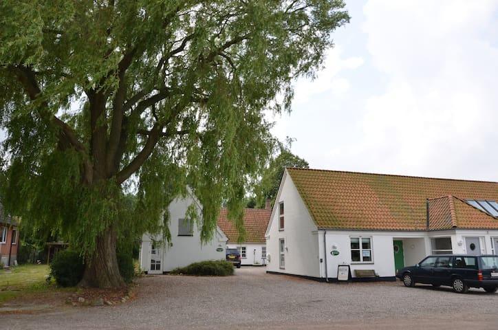Romantisk gård i smukke omgivelser