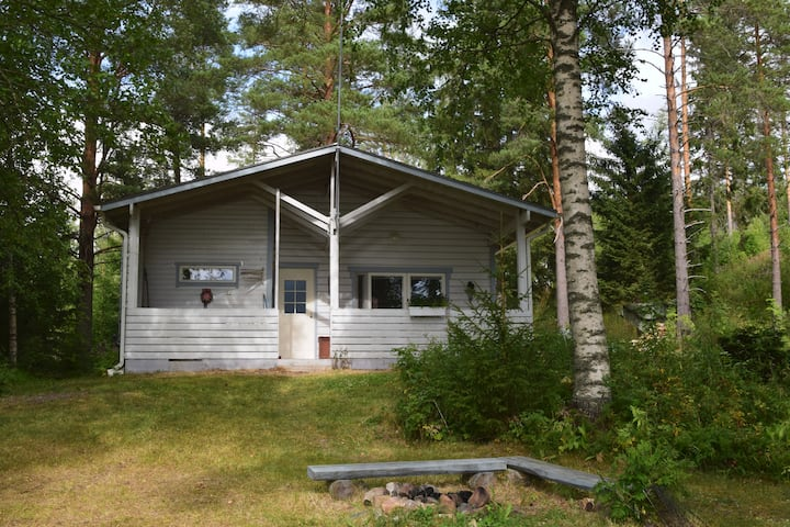 A peaceful cabin on the shore of Syväri lake