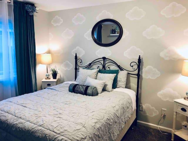 Second Guest bedroom : queen size bed, closet.