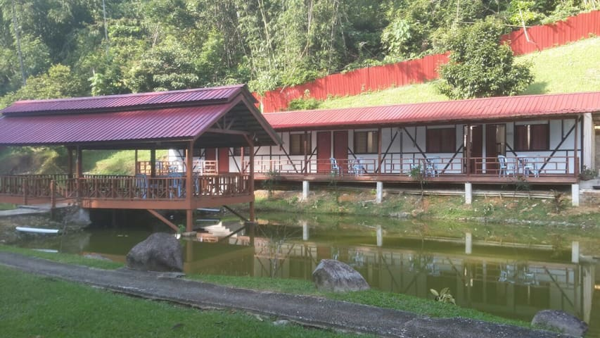 Tudor Pond Room, Le' Manah Retreat - Bentong - Chalet