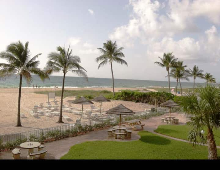 Entire Unit - ON THE BEACH / Lauderdale-by-the-Sea