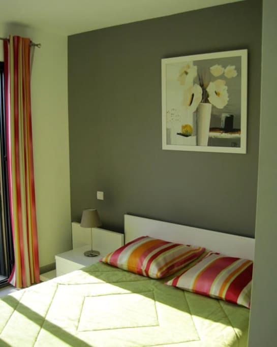 tête de lit de la chambre gris dominant