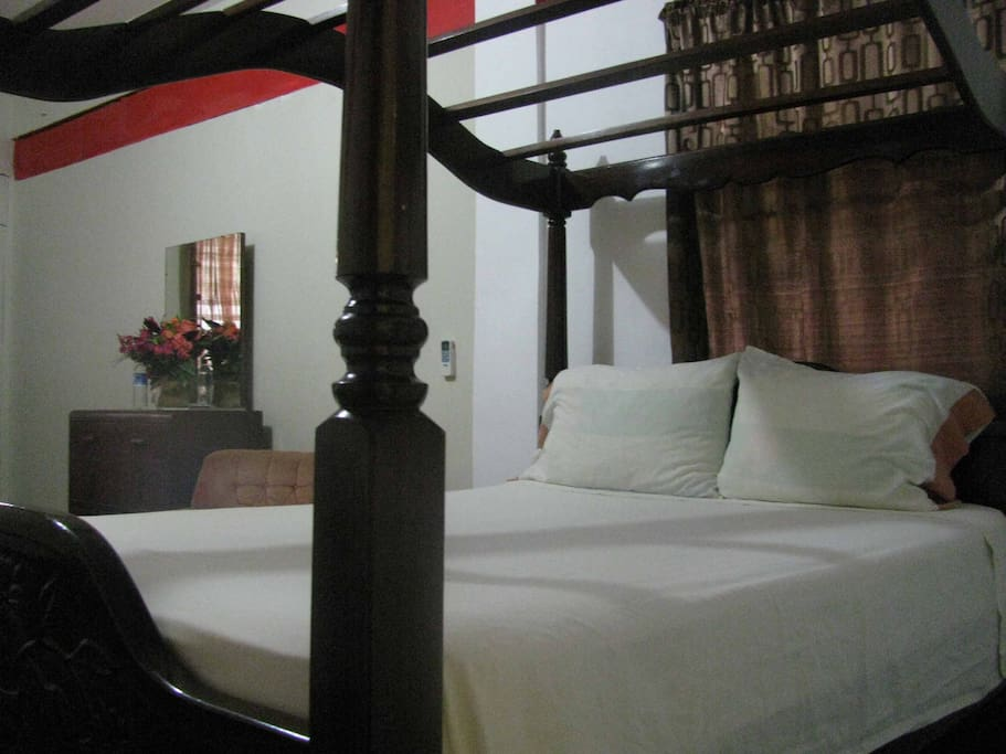 Room 2: This room is equipped with two double beds, air conditioned, private bath, cable TV, hot and cold bath and WiFi.