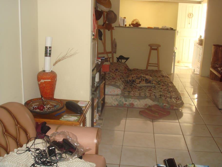 sala bagunçada, geralmente é arrumada rs, passando lá na frente é a cozinha e o quintal