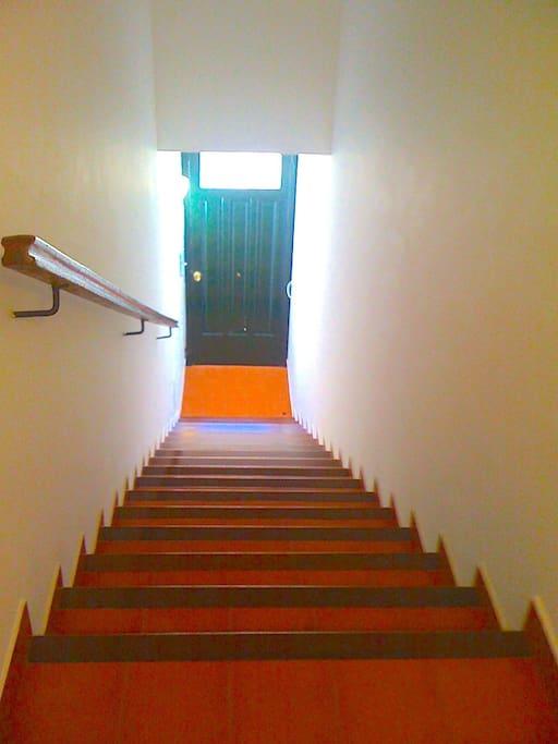 Escaleras, entrada a la casa.