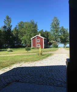 Mysigt hus på landet från 1800 talet.
