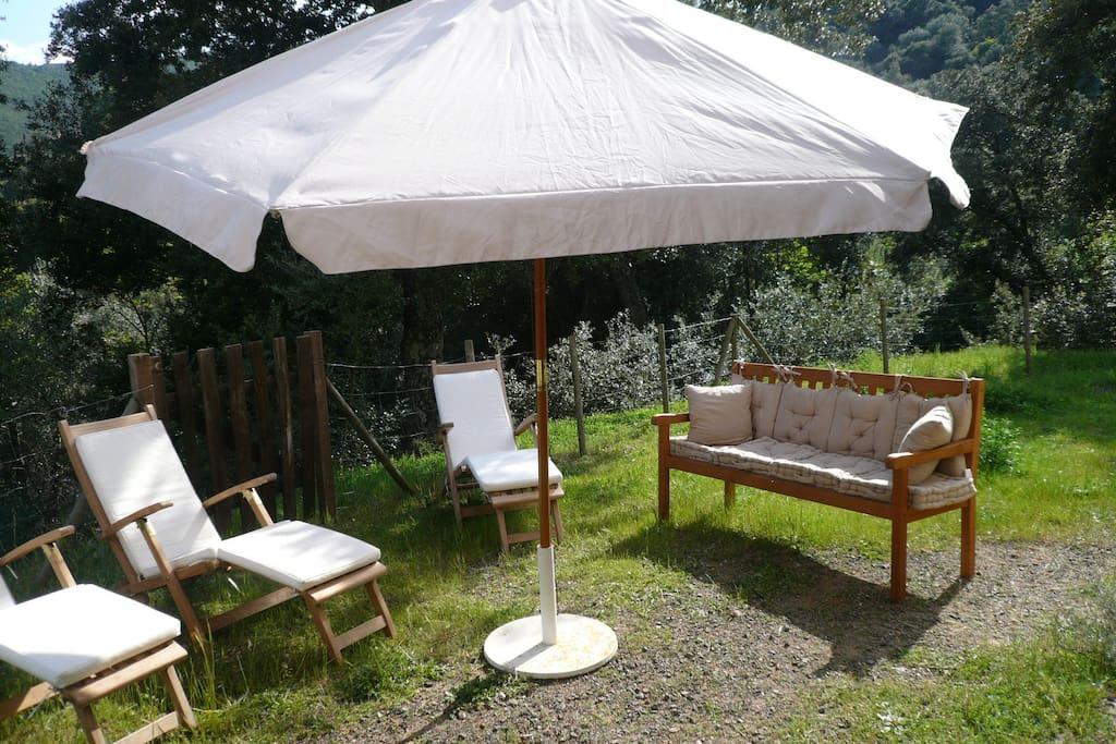 Douche extérieure avec chaises longues et parasol installés de mi mai à mi septembre.