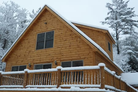 Cozy Log Style Chalet with Hot Tub - 伯特利(Bethel)
