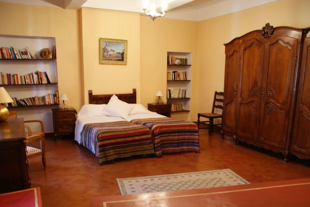 La grande chambre et son lit double / The large double bedroom.