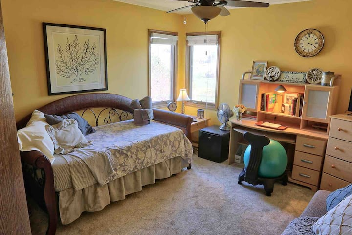 Sunny Side Up - Cozy Abode Minutes Away from Omaha