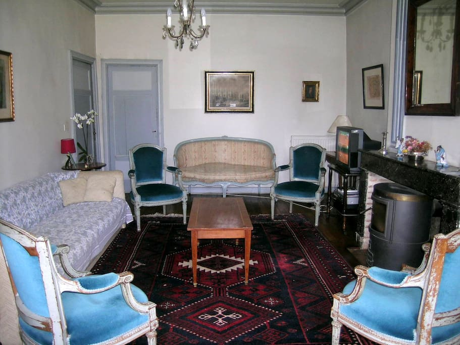 Salon: 5x5m , mobilier d'époque.