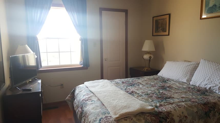 Top of the Hill-Phoenixville!Sunny Bedroom with TV