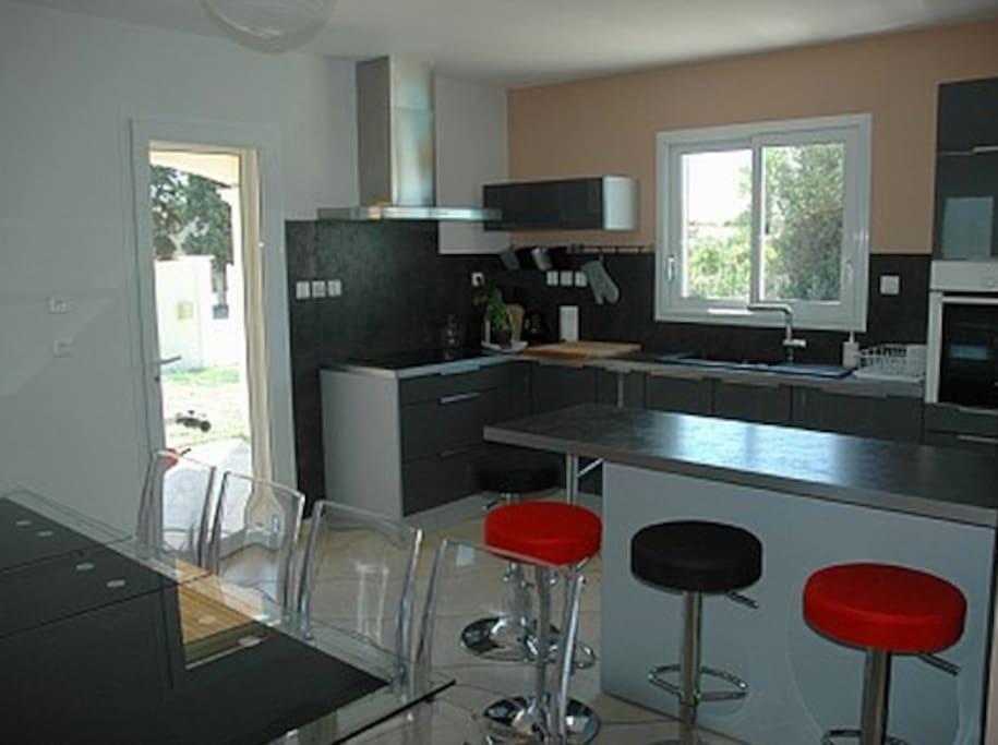 cuisine moderne ouverte sur le séjour et la piscine