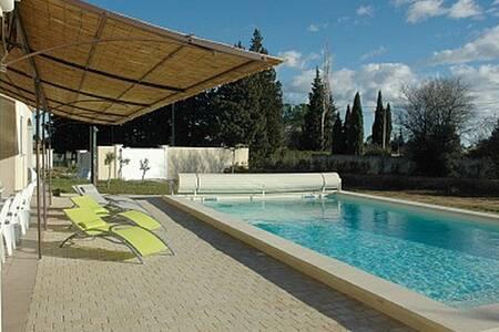 Villa-Piscine-10-15 pers-(18 pers- 2 toits poss) - Arlés