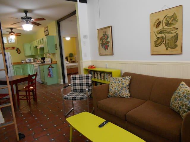 Retro Cottage near Bayou/ Jazz Fest