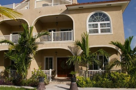 Luxury Townhouse minutes away From Grace Bay - Providenciales - Townhouse