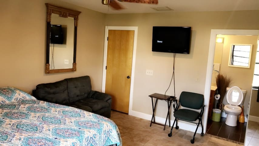 Private Suite, Comfy KING bed, 10 min to beaches!