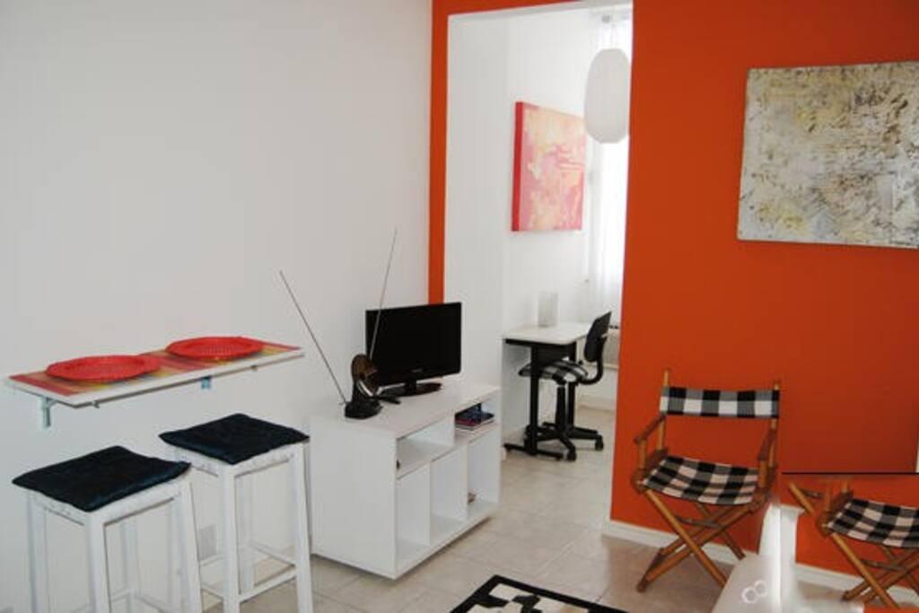 Sala de estar com Tv à cabo, Wi-fi, sofá-cama e workstation