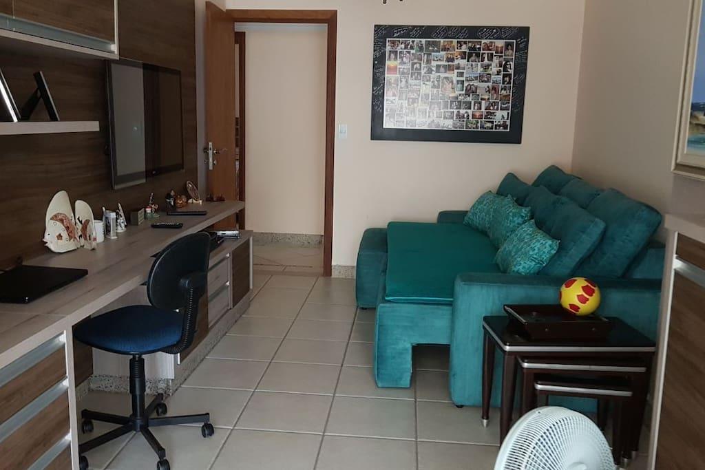 sala de tv com sofá-cama
