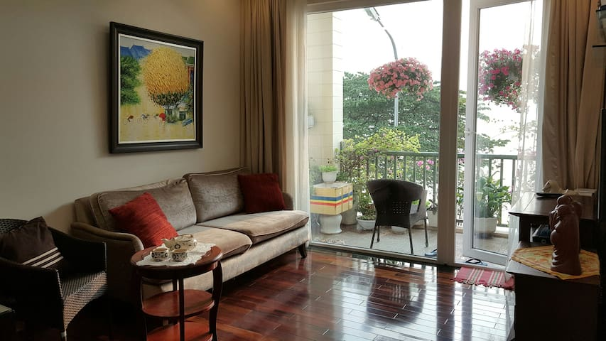 Elegant lakeside bedroom with beautiful interior - Hanoi - Apartament