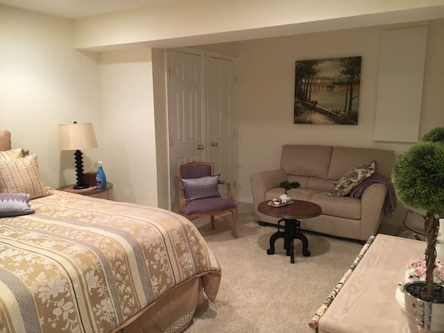 Inauguration private bed, bath and living room - Reston